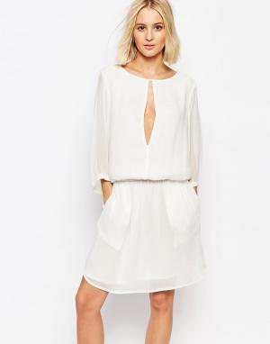Gestuz Приталенное платье с разрезом спереди. Цвет: белый