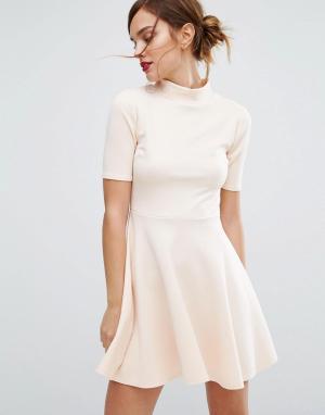 Club L Короткое приталенное платье в офисном стиле с высокой горловиной. Цвет: розовый