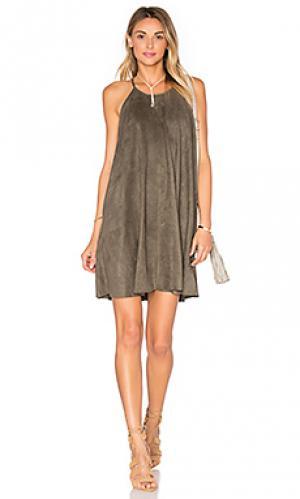 Замшевое цельнокройное платье с высоким воротом Bishop + Young. Цвет: оливковый
