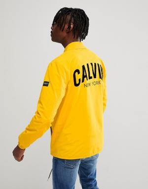 Calvin Klein Jeans Спортивная куртка с принтом на спине. Цвет: желтый