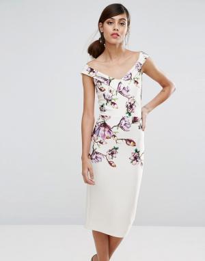 True Violet Платье-футляр миди с цветочным принтом. Цвет: мульти