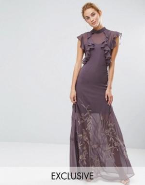 Hope and Ivy Платье макси с высокой горловиной, рюшами и вышивкой на юбке & Iv. Цвет: серый