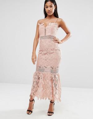 Love Triangle Удлиненное кружевное платье миди на тонких бретельках. Цвет: розовый