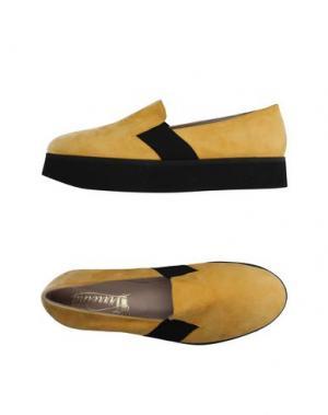 Низкие кеды и кроссовки VIRREINA. Цвет: желтый