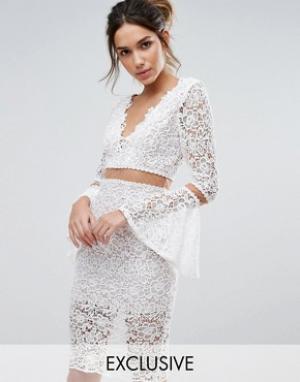 Love Triangle Кружевное платье миди с расклешенными рукавами. Цвет: кремовый