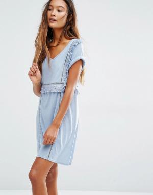 Honey Punch Платье-футболка с V‑образным вырезом и оборками. Цвет: синий