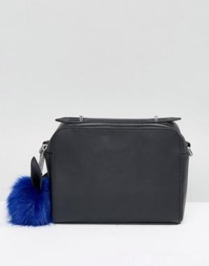 Kendall + Kylie Кожаная сумка через плечо с помпоном. Цвет: черный