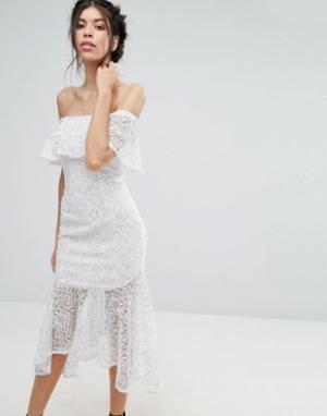 Love Triangle Кружевное платье миди с открытыми плечами и баской. Цвет: белый
