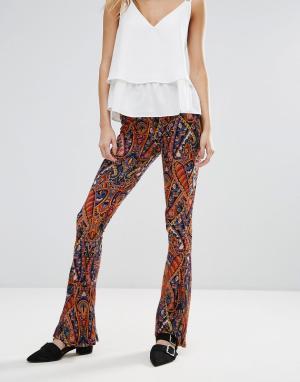 Glamorous Расклешенные брюки с принтом. Цвет: мульти