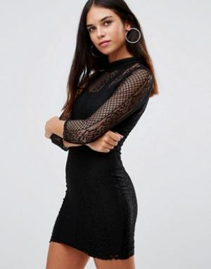 Club L Отлегающее кружевное платье с высоким воротом и рукавами 3/4. Цвет: черный