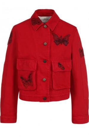 Укороченная джинсовая куртка с отделкой в виде бабочек Valentino. Цвет: красный