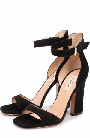 Замшевые босоножки Plum на устойчивом каблуке Valentino. Цвет: черный