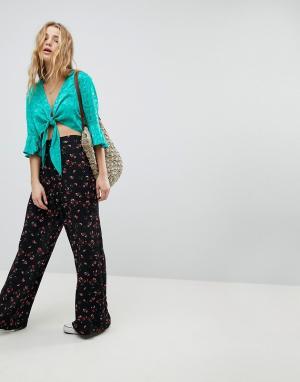 Glamorous Широкие брюки с цветочным принтом. Цвет: черный