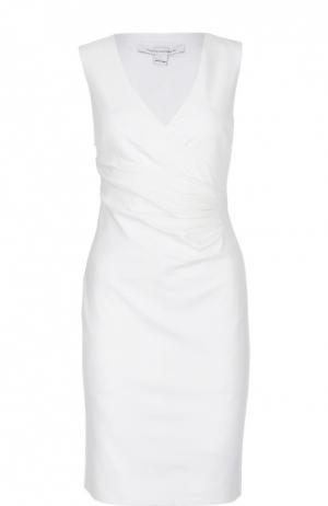 Платье-футляр без рукавов с V-образным вырезом Diane Von Furstenberg. Цвет: белый