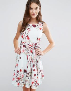 Yumi Короткое приталенное платье с цветочным принтом. Цвет: белый