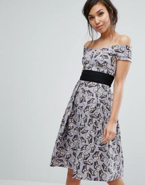 Vesper Короткое приталенное платье с принтом бабочек. Цвет: мульти