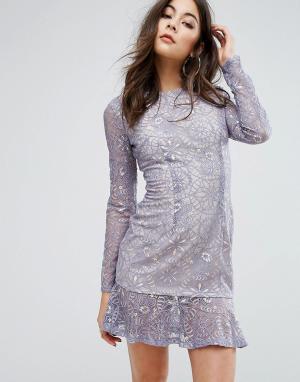 PrettyLittleThing Кружевное платье мини с оборкой по низу. Цвет: синий