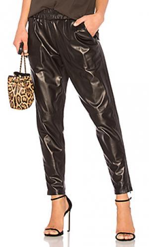 Кожаные брюки-джогеры MLML. Цвет: черный