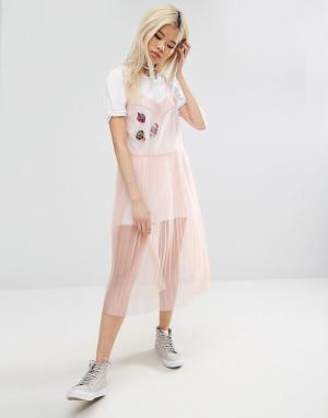 ASOS Сетчатое платье-комбинация с плиссированной юбкой и нашивками. Цвет: розовый