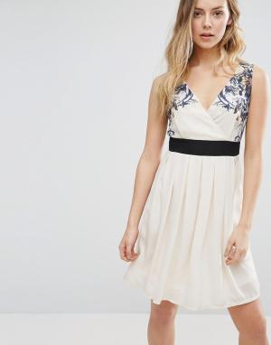 Jasmine Короткое приталенное платье с цветочной отделкой на плечах. Цвет: кремовый
