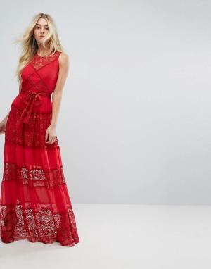 Body Frock Платье макси с кружевными вставками и поясом Bodyfrock. Цвет: красный
