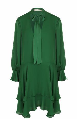 Шелковое платье свободного кроя с оборками и воротником аскот Alice + Olivia. Цвет: зеленый