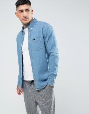 Lee Светлая джинсовая рубашка классического кроя на пуговицах с одним карм. Цвет: синий