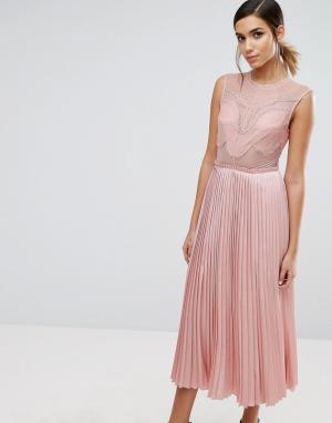 Three Floor Кружевное платье миди с плиссировкой и разрезами на юбке. Цвет: розовый