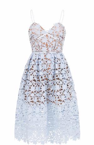 Кружевное платье-миди на тонких бретельках self-portrait. Цвет: голубой