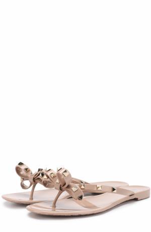 Резиновые шлепанцы Rockstud с бантом Valentino. Цвет: бежевый