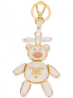 Брелок для ключей в виде медведя Prada. Цвет: белый