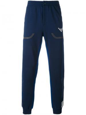 Спортивные брюки Adidas By White Mountaineering. Цвет: синий