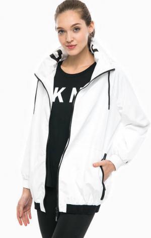 Белая ветровка с капюшоном DKNY. Цвет: белый