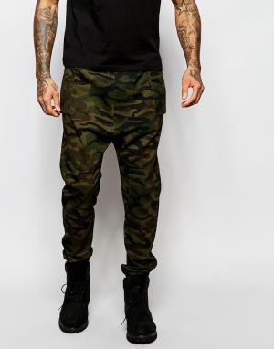 ASOS Камуфляжные спортивные штаны с заниженным шаговым швом. Цвет: зеленый