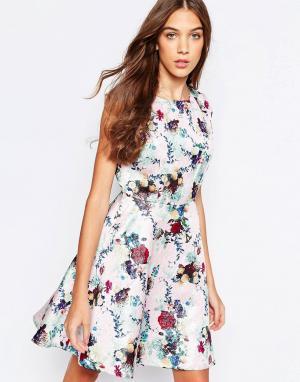 Yumi Приталенное платье с цветочным принтом. Цвет: розовый