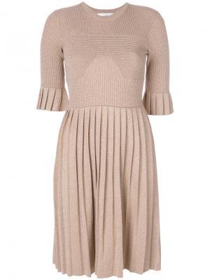 Плиссированное платье с металлическим отблеском Carven. Цвет: телесный