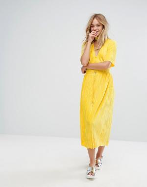 Monki Бархатная плиссированная юбка миди. Цвет: желтый