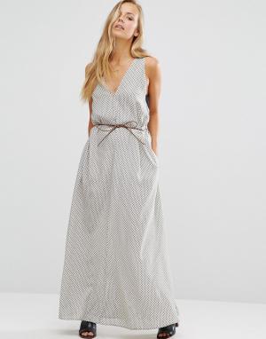 Maison Scotch Платье макси с поясом. Цвет: серый