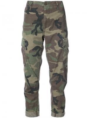 Укороченные брюки с камуфляжным принтом Re/Done. Цвет: зелёный