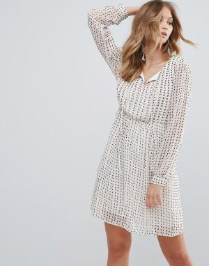 Deby Debo Приталенное платье с принтом Jingle. Цвет: бежевый