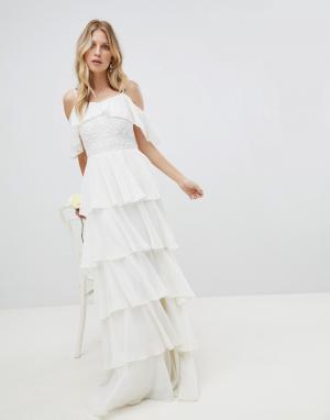 Amelia Rose Платье макси с открытыми плечами и ярусными оборками. Цвет: белый