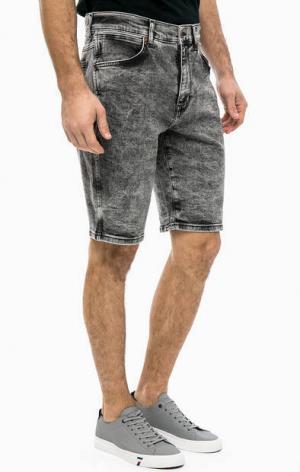 Джинсовые шорты с карманами Wrangler. Цвет: серый