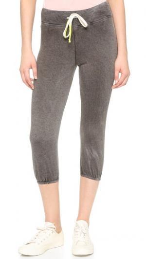 Спортивные брюки-капри из легкой махровой ткани винтажной расцветки SUNDRY. Цвет: винтажный серый