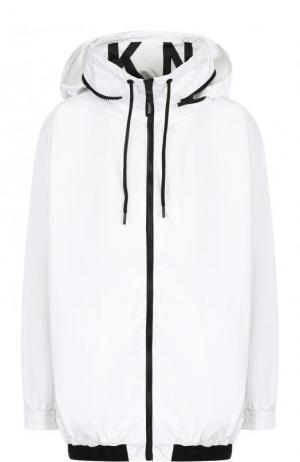 Ветровка с контрастной отделкой и капюшоном DKNY. Цвет: белый