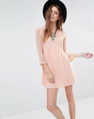 Rokoko Свободное платье с кружевными вставками и горловиной-чокер. Цвет: розовый