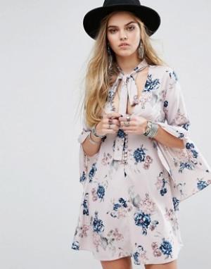 Honey Punch Чайное платье на пуговицах с расклешенными рукавами и завязкой у горло. Цвет: мульти