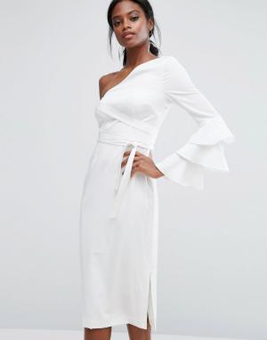 Lavish Alice Платье-футляр с крупными оборками на рукаве. Цвет: белый