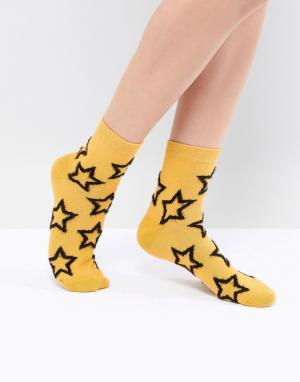ASOS Носки горчичного цвета с пушистой отделкой в виде звезд DESIGN. Цвет: желтый
