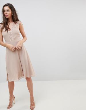 Elise Ryan Платье миди с кружевной отделкой. Цвет: коричневый