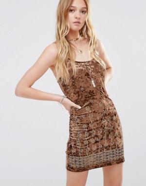 Ebonie n ivory Бархатное платье с вышивкой. Цвет: коричневый
